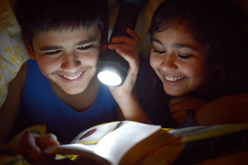 Børn læser Bibelen