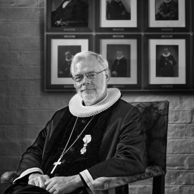 Biskop læser dagligt to sider i Bibelen